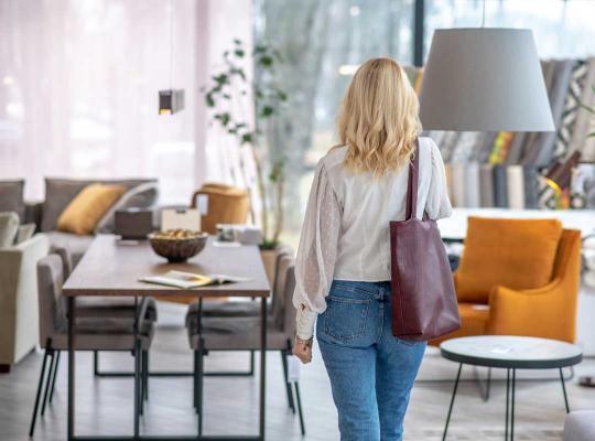 vrouw in meubelwinkel